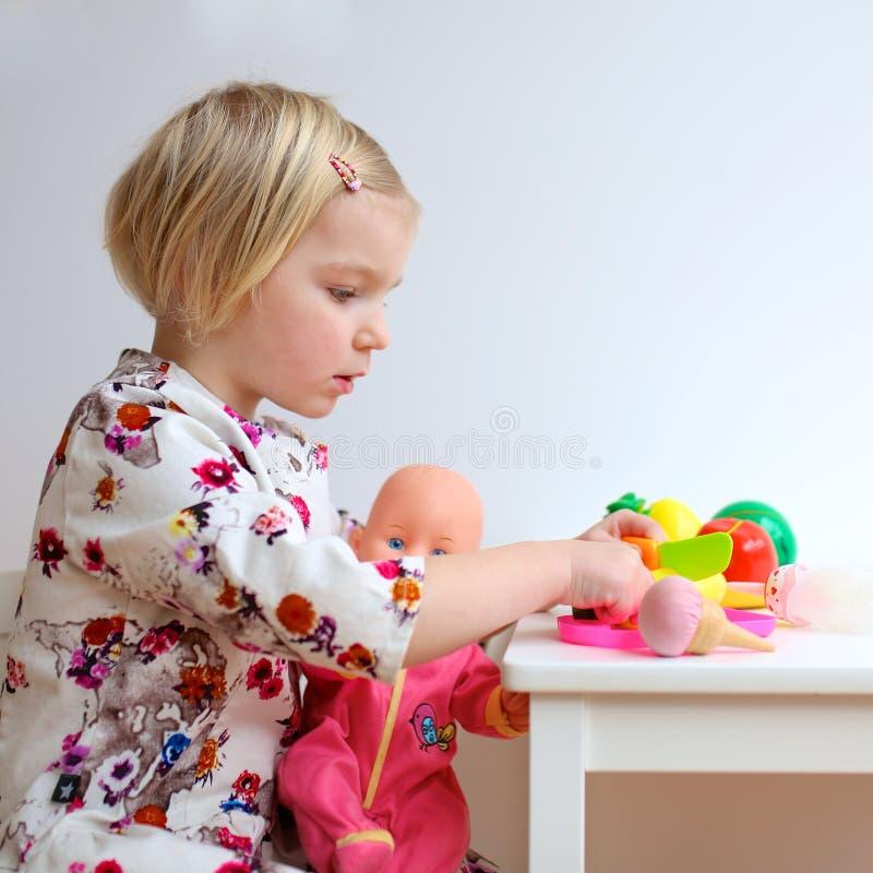 Fille d'enfant en bas âge jouant avec des jouets image stock