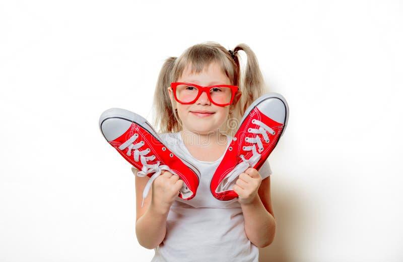 Fille d'enfant en bas âge en verres avec des chaussures en caoutchouc photographie stock