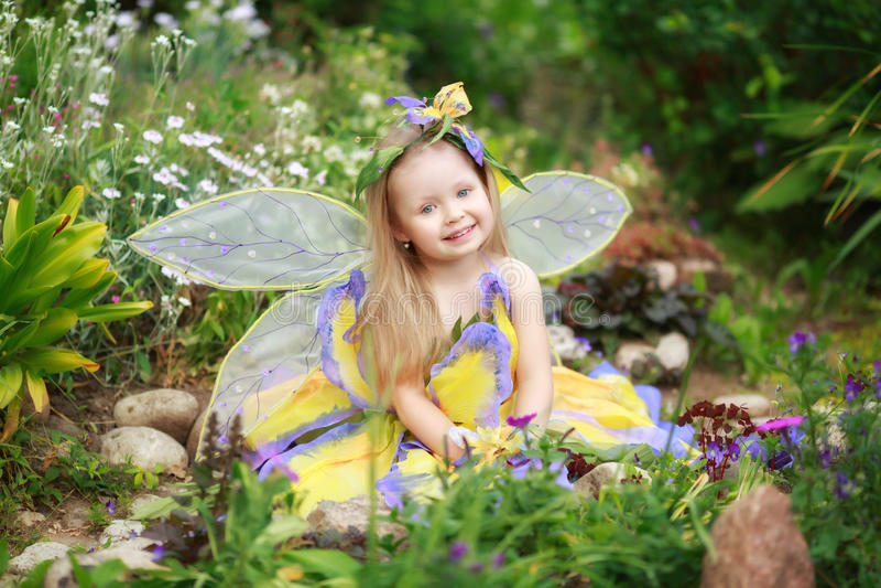 Fille d'enfant habillée comme fée image stock