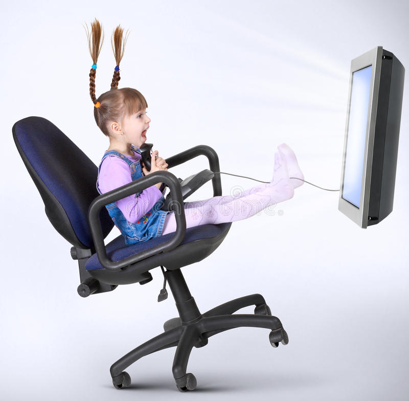 Fille d'enfant jouant le jeu d'ordinateur images libres de droits