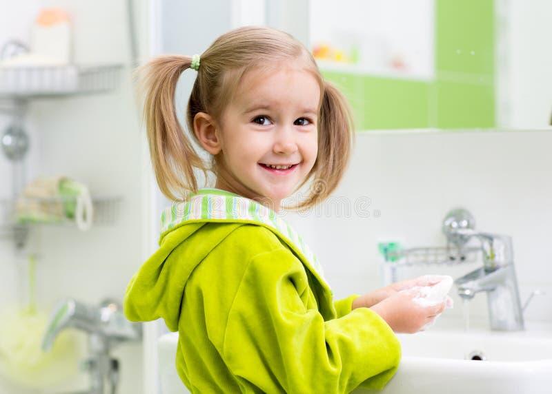 Fille d'enfant lavant dans la salle de bains photo libre de droits