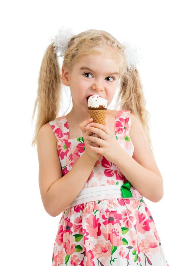 Fille d'enfant mangeant la crème glacée  images stock