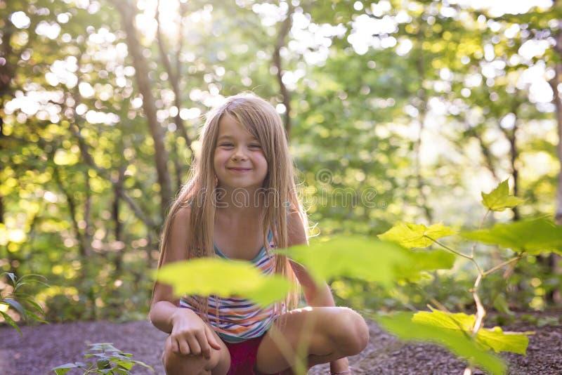 Fille d'enfant sur la forêt verte photographie stock libre de droits