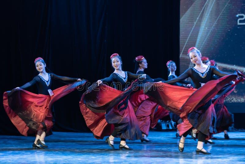 Fille d'exposition de Danse-obtention du diplôme de la ville 7-Uygur de Daban de danse Departmen photos stock