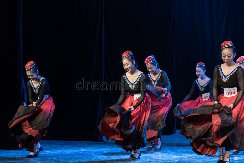 Fille d'exposition de Danse-obtention du diplôme de la ville 1-Uygur de Daban de danse Departmen photos libres de droits