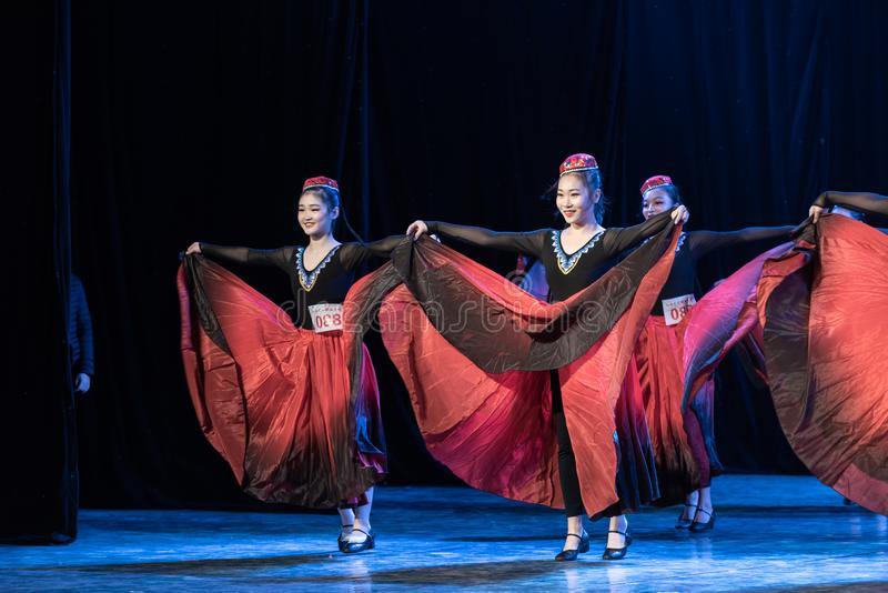 Fille d'exposition de Danse-obtention du diplôme de la ville 1-Uygur de Daban de danse Departmen photo stock