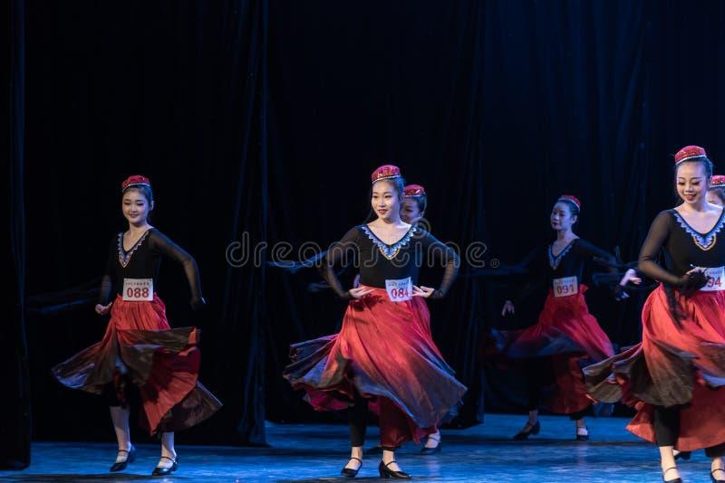 Fille d'exposition de Danse-obtention du diplôme de la ville 2-Uygur de Daban de danse Departmen images libres de droits
