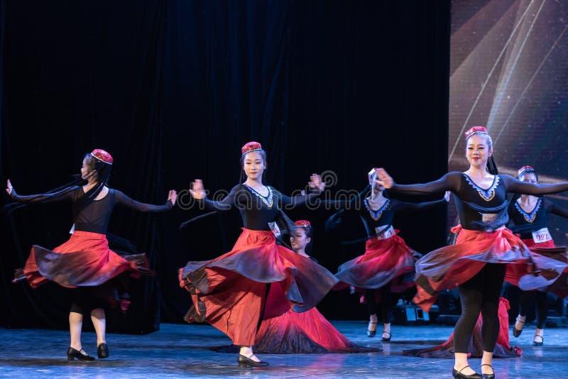 Fille d'exposition de Danse-obtention du diplôme de la ville 3-Uygur de Daban de danse Departmen image stock