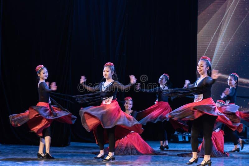 Fille d'exposition de Danse-obtention du diplôme de la ville 4-Uygur de Daban de danse Departmen photos stock