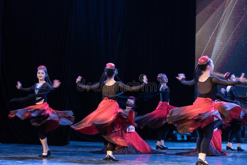 Fille d'exposition de Danse-obtention du diplôme de la ville 4-Uygur de Daban de danse Departmen photographie stock