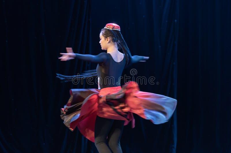 Fille d'exposition de Danse-obtention du diplôme de la ville 5-Uygur de Daban de danse Departmen photographie stock libre de droits