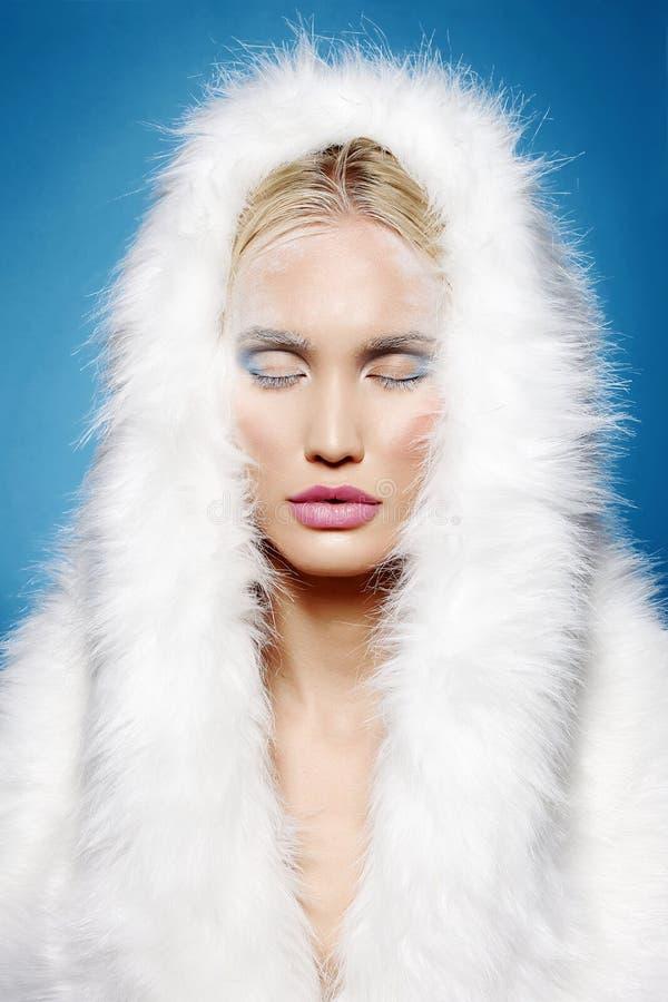 Fille d'hiver dans le capot de fourrure Maquillage de Halloween image libre de droits