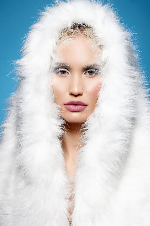 Fille d'hiver dans le capot de fourrure Maquillage de Halloween photographie stock