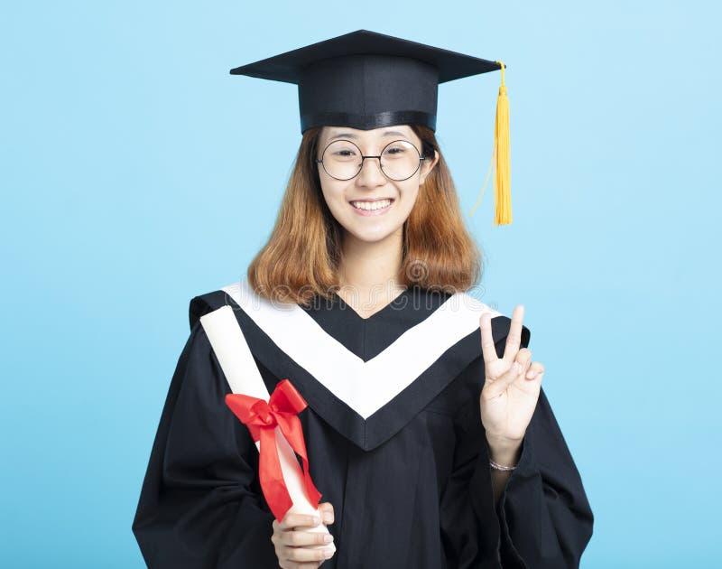 fille d'obtention du diplôme de succès avec le geste de victoire photos libres de droits