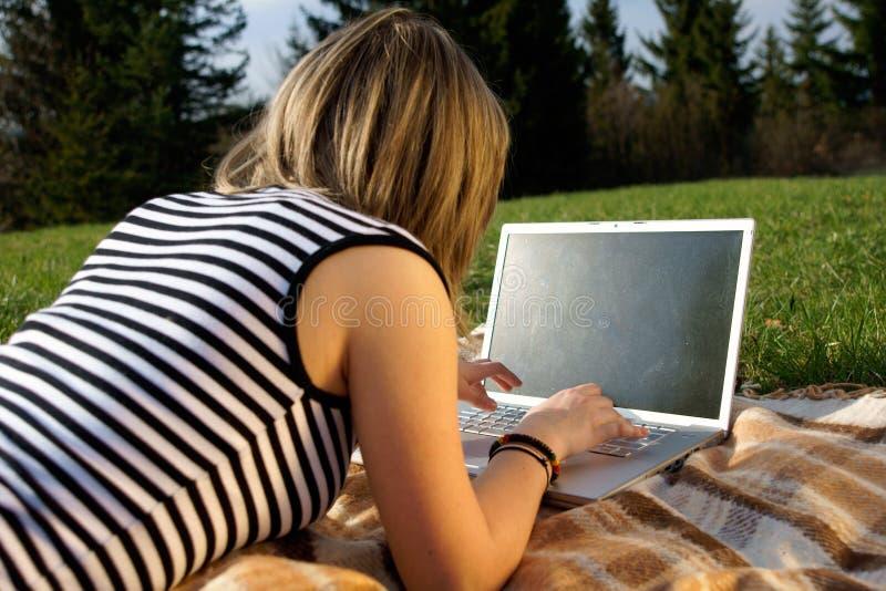 Fille d'ordinateur portatif photos libres de droits