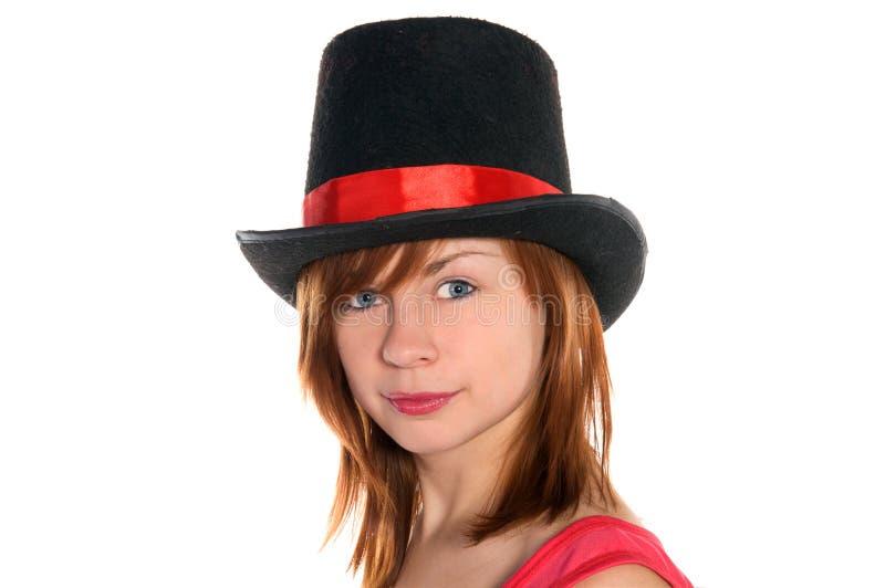 Fille d'une chevelure rouge dans le chapeau rose de robe et de cylindre photographie stock