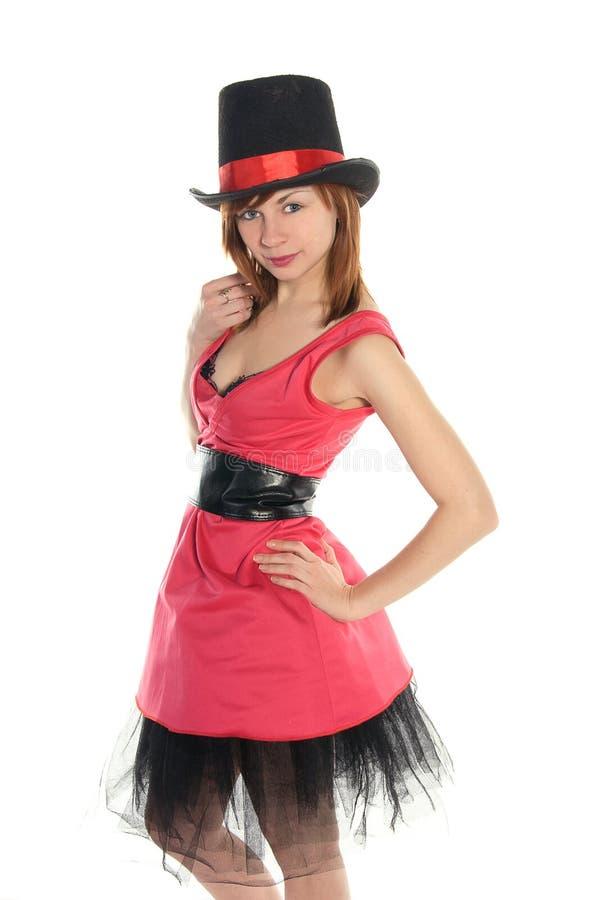 Fille d'une chevelure rouge dans le chapeau rose de robe et de cylindre photo libre de droits