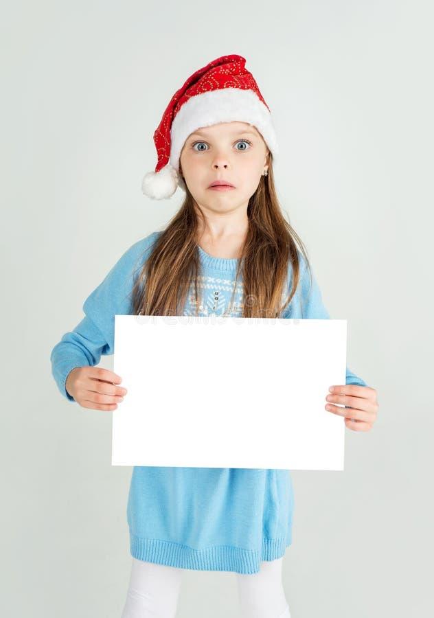Download Fille D'ute De ¡ De Ð Dans Le Chapeau De Santa Claus Avec Un Esprit Blanc De Feuille De Papier Blanc Photo stock - Image du vide, fourrure: 45357546