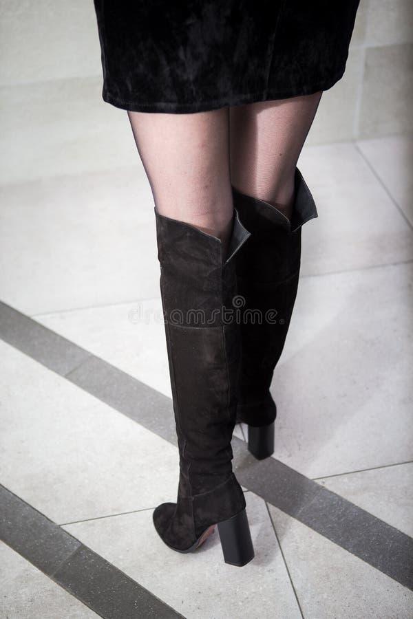 Fille dans de hautes bottes noires, lookbook, bottes en cuir du ` s de femmes hautes photographie stock libre de droits