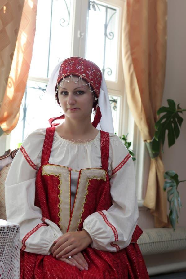 Fille dans de vieux vêtements russes photographie stock