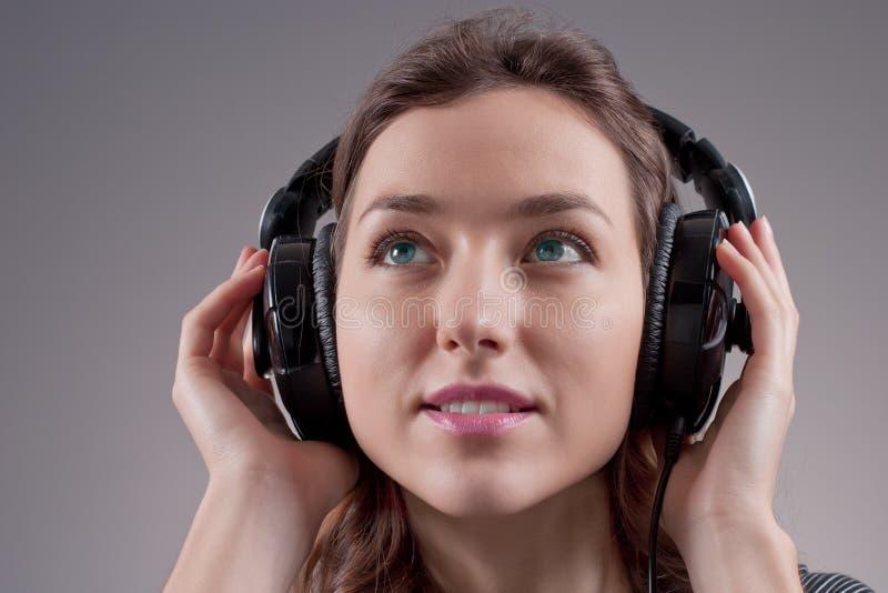 Fille dans des écouteurs image stock
