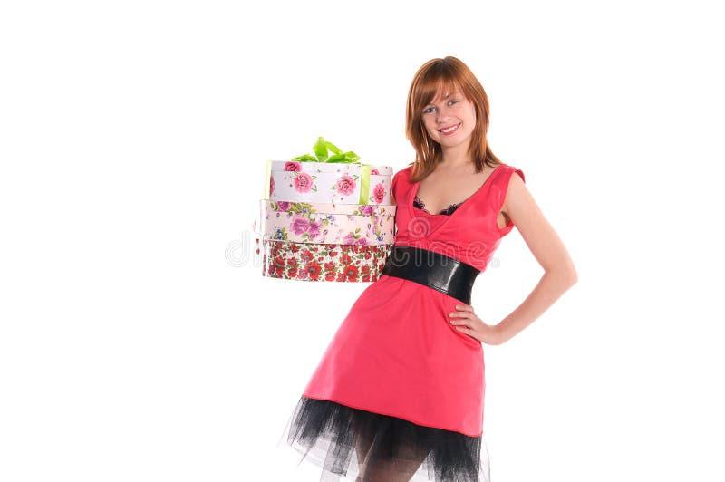 Fille dans des cadres roses de fixation de robe avec des présents photos stock