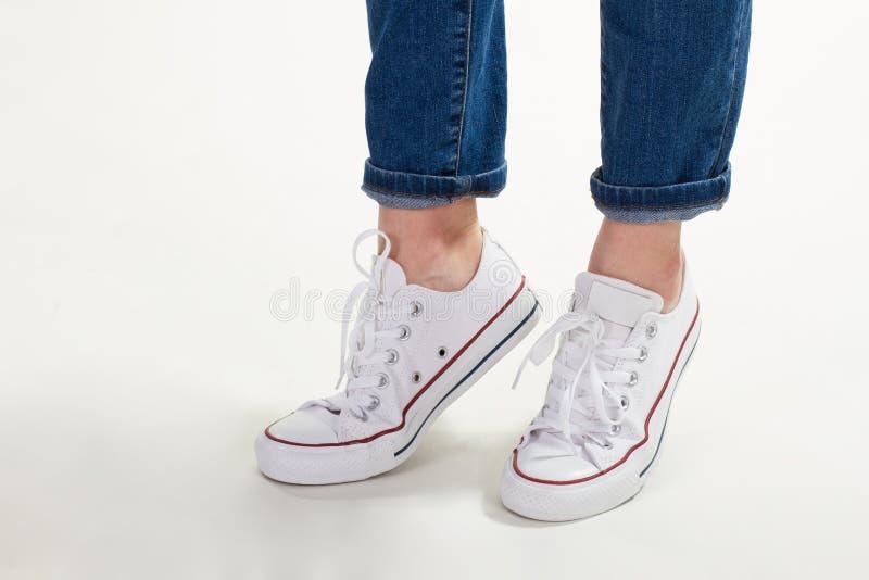 Fille dans des chaussures en caoutchouc blancs photographie stock
