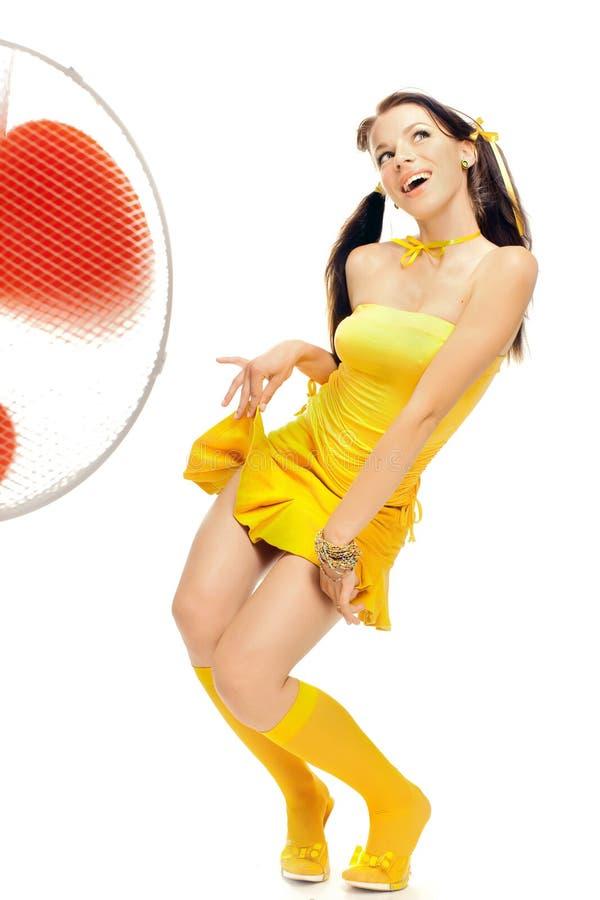 Fille dans des danses érotiques d'une robe jaune photo stock