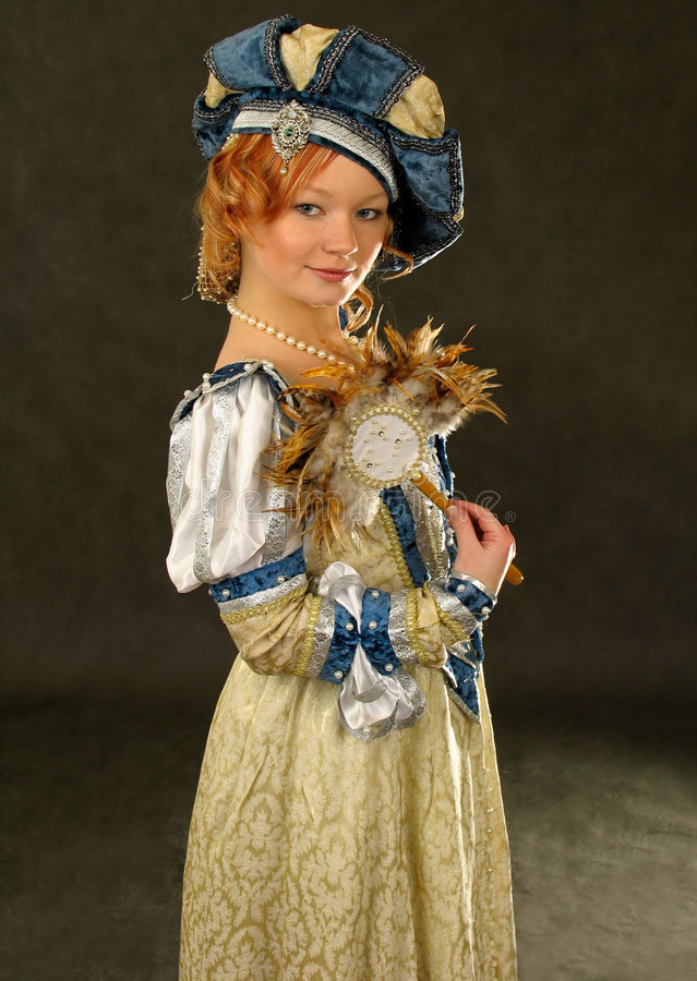Fille dans des vêtements polonais du siècle 16 avec le miroir-ventilateur images libres de droits