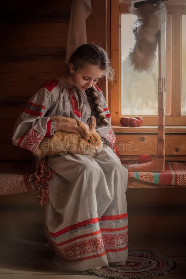 Fille dans des v?tements russes image stock