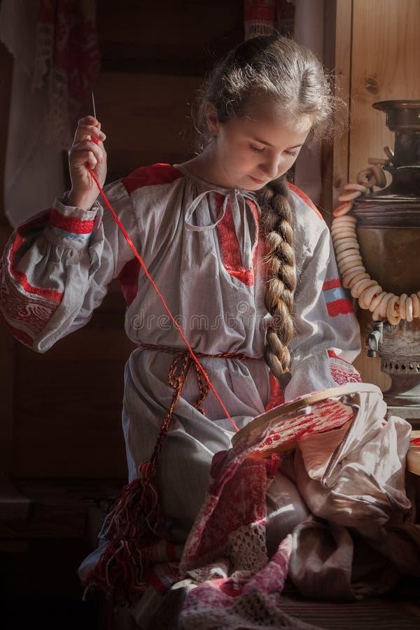 Fille dans des v?tements russes photo stock