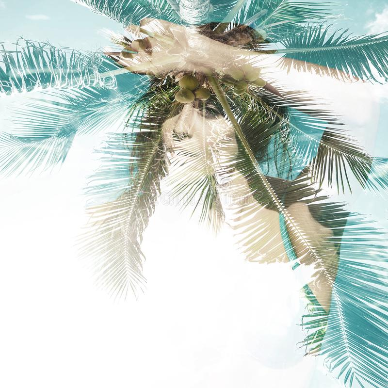 Fille dans exposition de vibraphone d'été de piscine la double photographie stock libre de droits