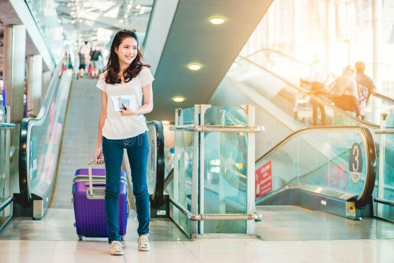 Fille dans l'aéroport images stock