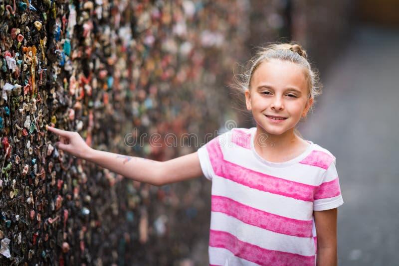 Fille dans l'allée de bubble-gum photo stock