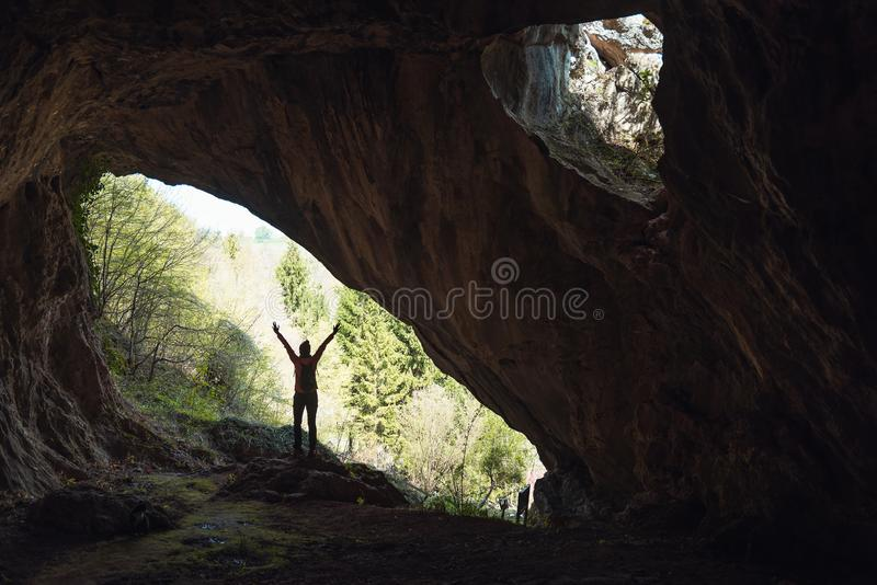 Fille dans l'entr?e d'une caverne photos libres de droits