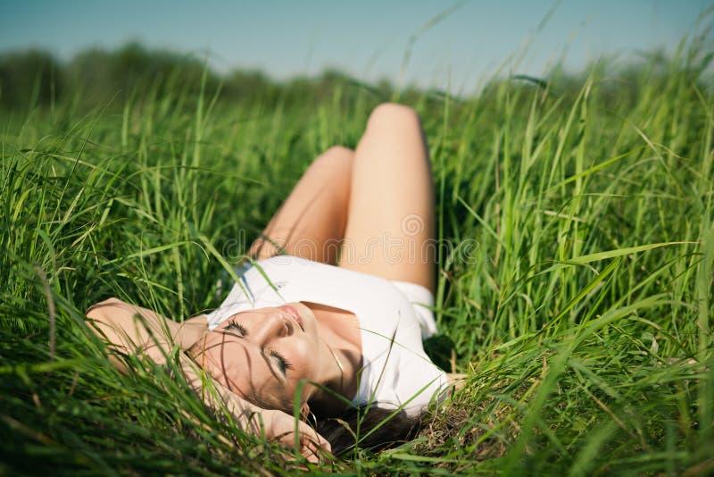 Fille dans l'herbe images stock