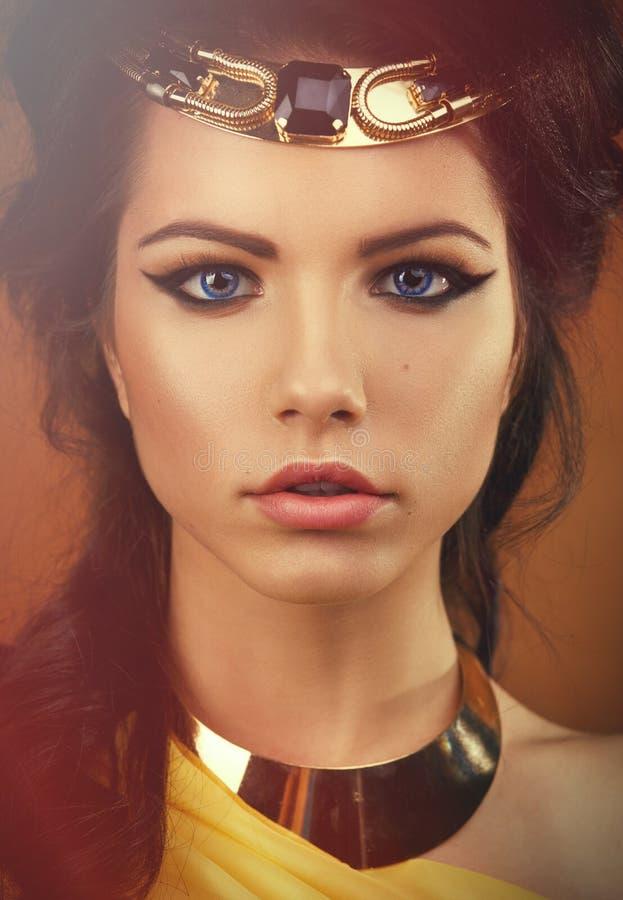 Fille dans l'image du pharaon égyptien Cléopâtre photographie stock libre de droits