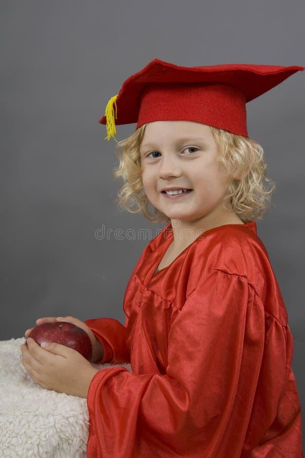 Fille dans l'uniforme de graduation photo stock