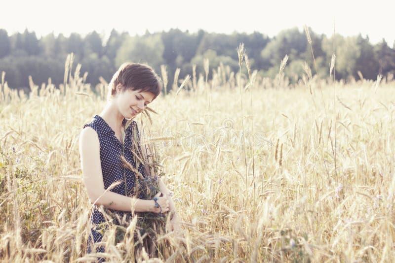 Fille dans la bracée bleue d'étreinte de robe de blé photo libre de droits