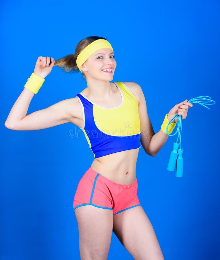 Fille dans la classe d'aérobic Concept sain de style de vie Femme s'exerçant avec la corde de saut Exercices de forme physique av photos libres de droits