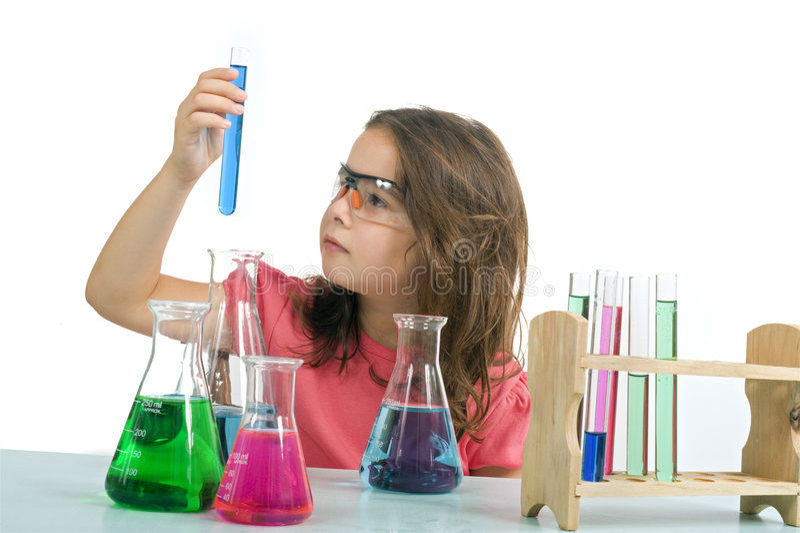 Fille dans la classe de la science photographie stock libre de droits