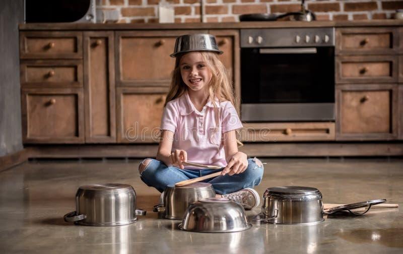 Fille dans la cuisine photo stock