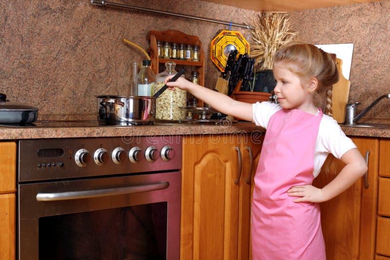 Fille dans la cuisine images stock