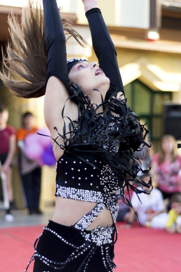 Fille dans la danse noire de robe pour le jour du monde de la danse photo stock