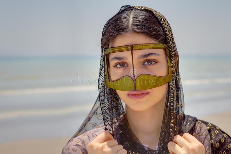 Fille dans la femme de bandari de masque, plage de golfe Persique, Iran photo stock