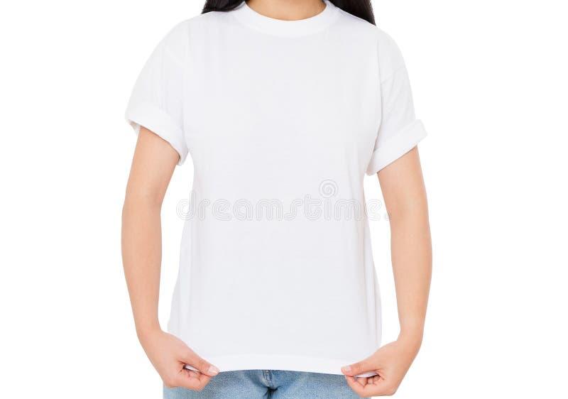 Fille dans la fin blanche de T-shirt d'isolement au-dessus du blanc image stock