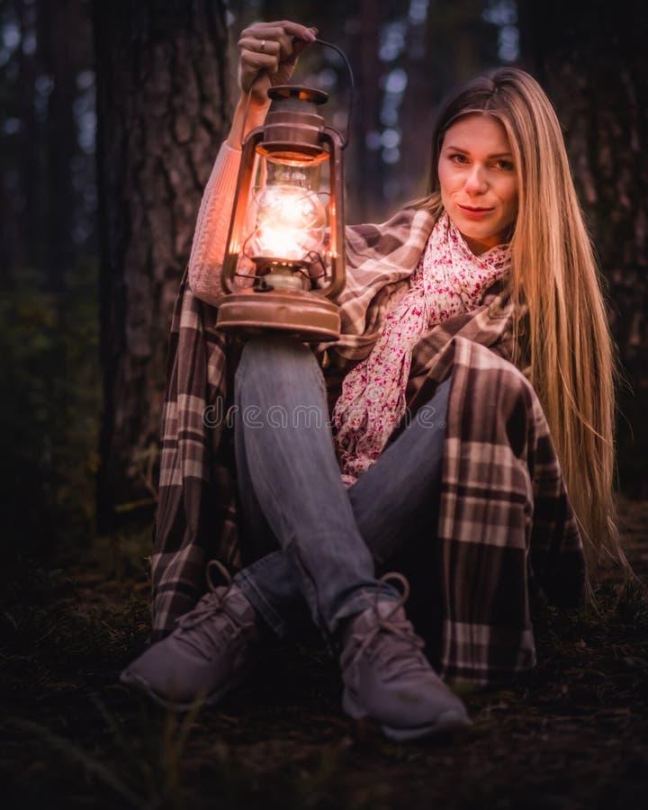 Fille dans la forêt avec une vieille lanterne photos stock