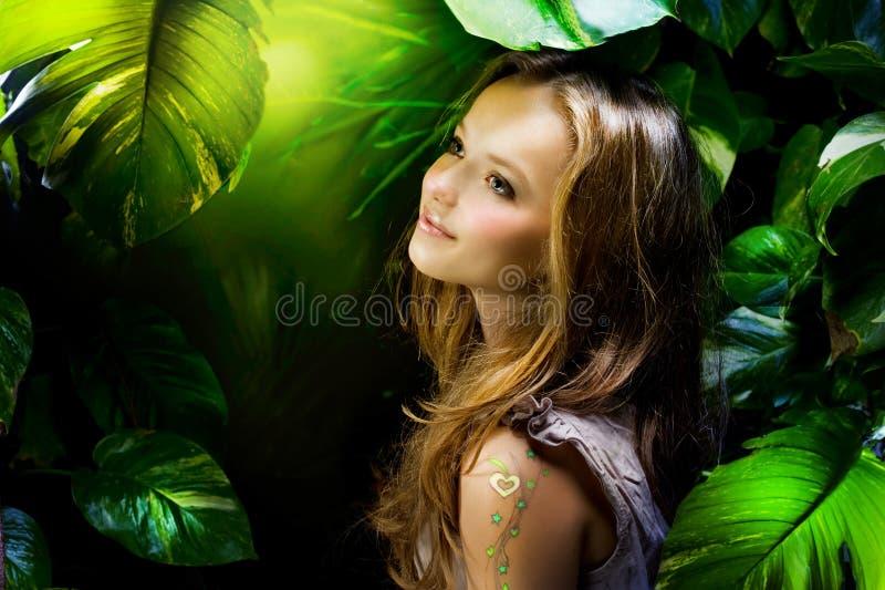 Fille dans la jungle photographie stock libre de droits