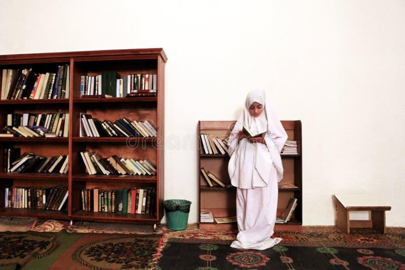 Fille dans la mosquée photographie stock