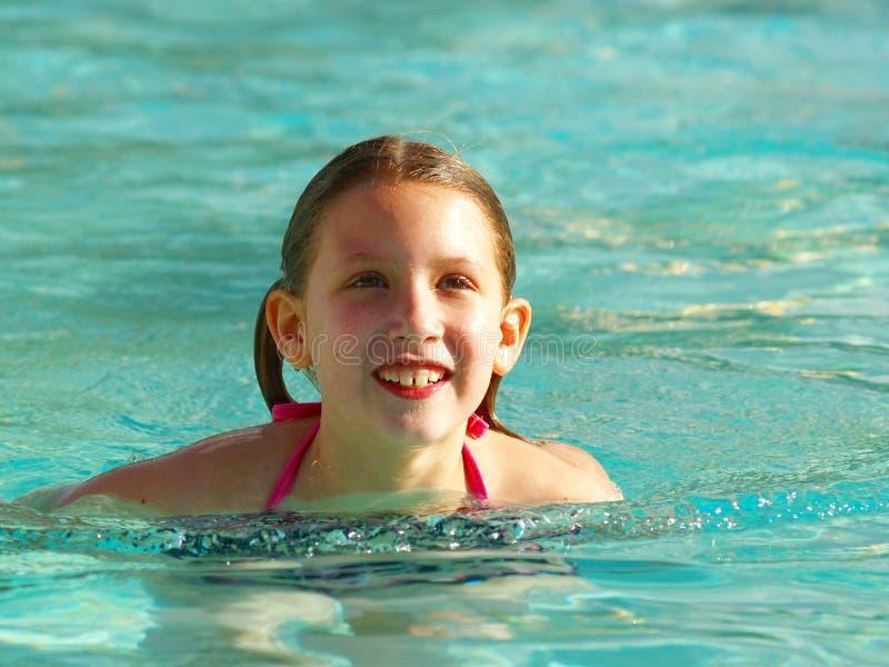 Fille dans la piscine image libre de droits